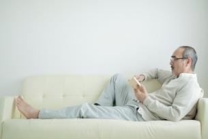 読書する日本人男性の写真素材 [FYI01651670]