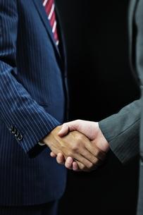 握手するビジネスマンの手元の写真素材 [FYI01651771]