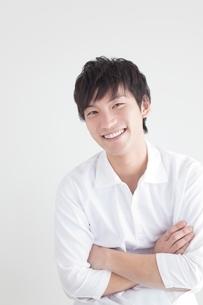 腕を組み笑顔の日本人男性の写真素材 [FYI01651811]