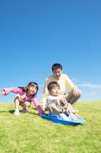 そりで遊ぶ日本人の親子の写真素材 [FYI01651850]