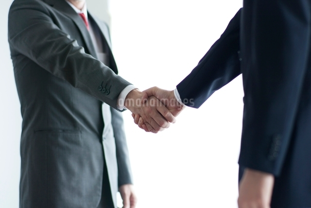 握手する2人のビジネスマンの写真素材 [FYI01652027]