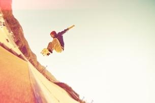 スケートボードに乗る男性の写真素材 [FYI01652037]
