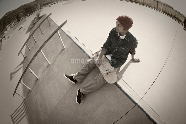 スケートボードを持つ男性の写真素材 [FYI01652047]