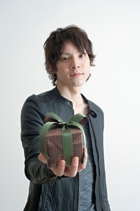 プレゼントを差し出す男性の写真素材 [FYI01652111]