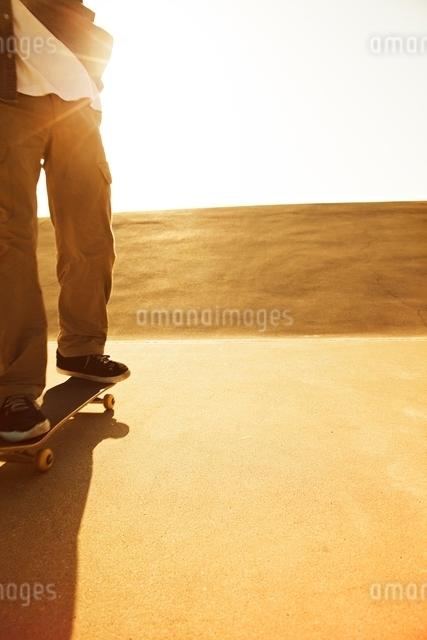 スケートボードに乗る男性の写真素材 [FYI01652214]