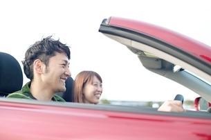 オープンカーに乗る日本人カップルの写真素材 [FYI01652242]