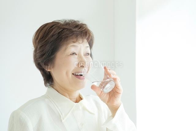 水を飲むシニア女性の写真素材 [FYI01652244]