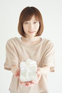 プレゼントボックスを差し出す女性の写真素材 [FYI01652286]