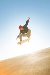 スケートボードに乗る男性の写真素材 [FYI01652306]