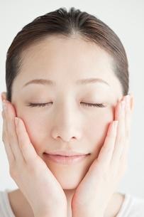 20代日本人女性のビューティーイメージの写真素材 [FYI01652317]