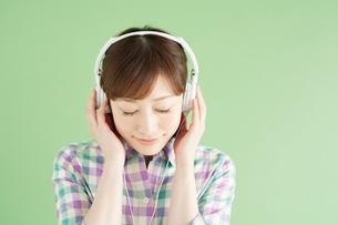 ヘッドフォンをして目を閉じる日本人女性の写真素材 [FYI01652325]