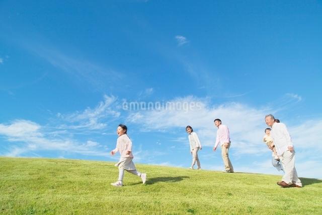 丘を歩く日本人三世代家族の写真素材 [FYI01652348]