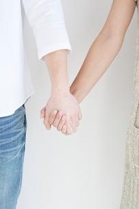 手をつなぐカップルの手元の写真素材 [FYI01652368]
