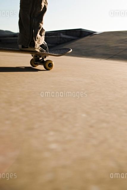 スケートボードに乗る男性の足元の写真素材 [FYI01652379]