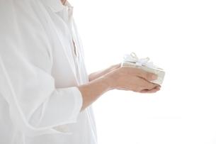 プレゼントを持つ男性の手元の写真素材 [FYI01652516]