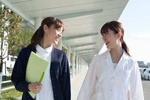 女性医師と看護師の写真素材 [FYI01652588]