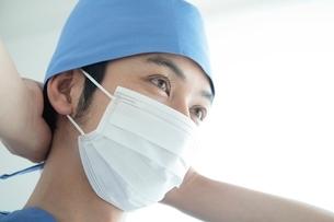 手術衣を着た男性医師の写真素材 [FYI01653132]