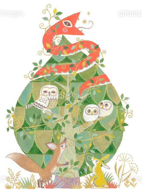 緑の樹に住む赤い蛇とフクロウの親子と狐と兎のイラスト素材 [FYI01653254]