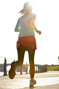 ジョギングする女性の後ろ姿の写真素材 [FYI01653284]