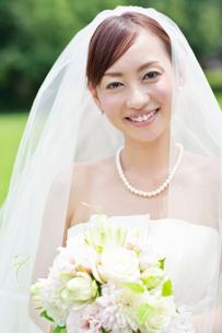 ブーケを持つ笑顔の花嫁の写真素材 [FYI01653295]