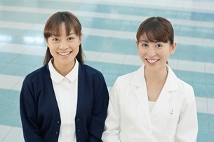 笑顔の医師と看護師の写真素材 [FYI01653355]
