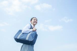 青空と笑顔の女子中学生の写真素材 [FYI01653458]