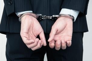 手錠をつけたビジネスマンの手元の写真素材 [FYI01653636]