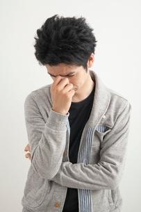 眉間をおさえる男性の写真素材 [FYI01653671]