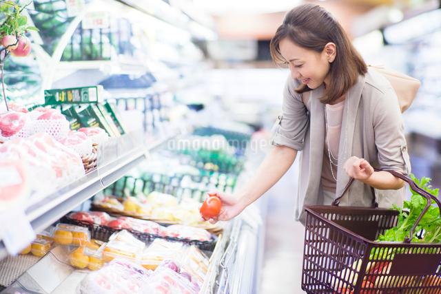 スーパーで買い物をする女性の写真素材 [FYI01653770]