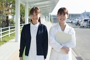 女性医師と看護師の写真素材 [FYI01653779]