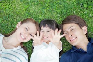 寄り添う笑顔の日本人家族の写真素材 [FYI01653828]