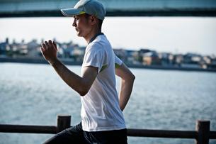 ランニングをする男性の写真素材 [FYI01653880]
