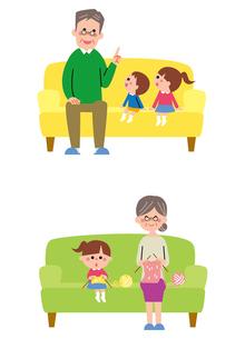 ソファに座る祖父と孫、編み物をする祖母と孫のイラスト素材 [FYI01653914]