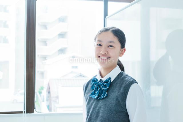 笑顔の女子学生の写真素材 [FYI01653972]