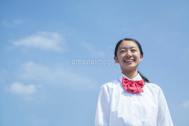 青空と笑顔の女子中学生の写真素材 [FYI01653973]