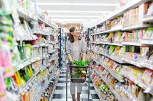 スーパーで買い物をする女性の写真素材 [FYI01653998]