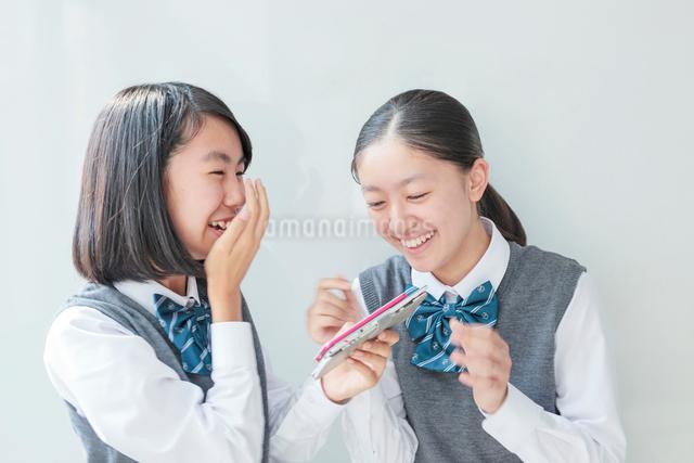 スマートフォンを見つめる女子学生の写真素材 [FYI01654035]