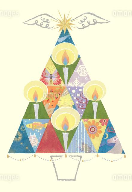 キャンドルに子供と様々な生き物を映すクリスマスツリーのイラスト素材 [FYI01654046]