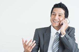 スマートフォンを持つビジネスマンの写真素材 [FYI01654061]