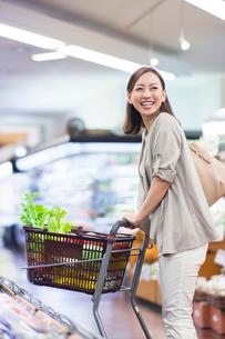 スーパーで買い物をする笑顔の女性の写真素材 [FYI01654136]