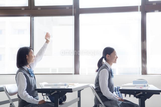 授業を受ける女子学生の写真素材 [FYI01654289]