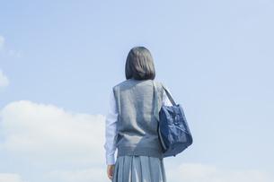 青空と女子中学生の後ろ姿の写真素材 [FYI01654364]
