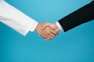 握手するビジネスマンと医師の写真素材 [FYI01654392]