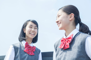 青空と笑顔の女子学生の写真素材 [FYI01654394]