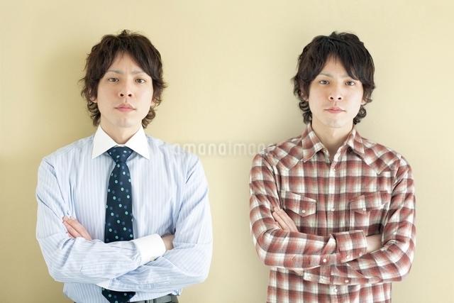 2人の20代日本人男性の写真素材 [FYI01654411]