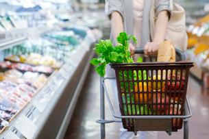 スーパーで買い物をする女性の写真素材 [FYI01654433]