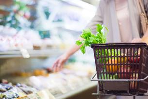 スーパーで買い物をする女性の手元の写真素材 [FYI01654467]