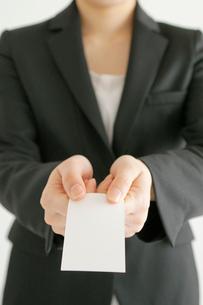 名刺を差し出すビジネスウーマンの手元の写真素材 [FYI01654487]