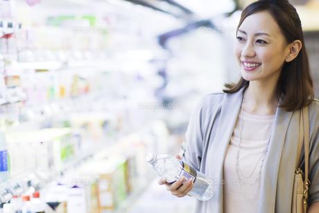 スーパーで買い物をする笑顔の女性の写真素材 [FYI01654495]