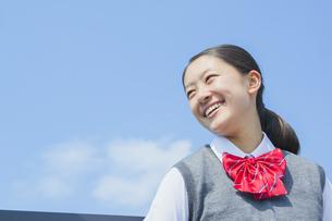 青空と笑顔の女子中学生の写真素材 [FYI01654497]